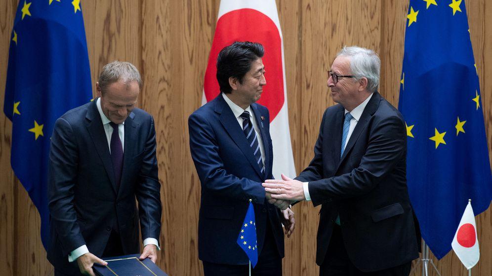 Foto: El primer ministro japonés Shinzo Abe le da la mano al presidente del Consejo Europeo Jean-Claude Juncker tras firmar el acuerdo en Tokio (Japón). (Reuters)