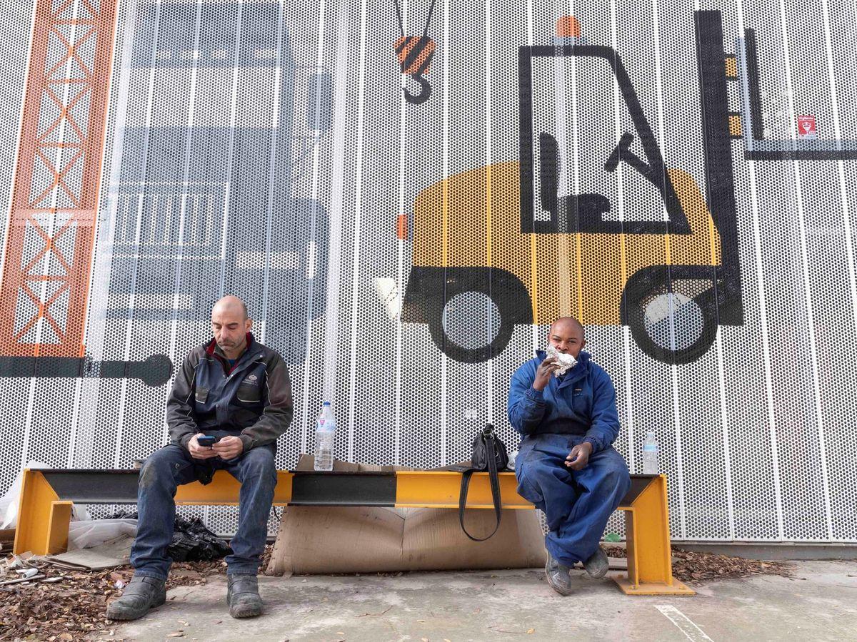 Foto: Dos trabajadores, durante la pandemia. (EFE)