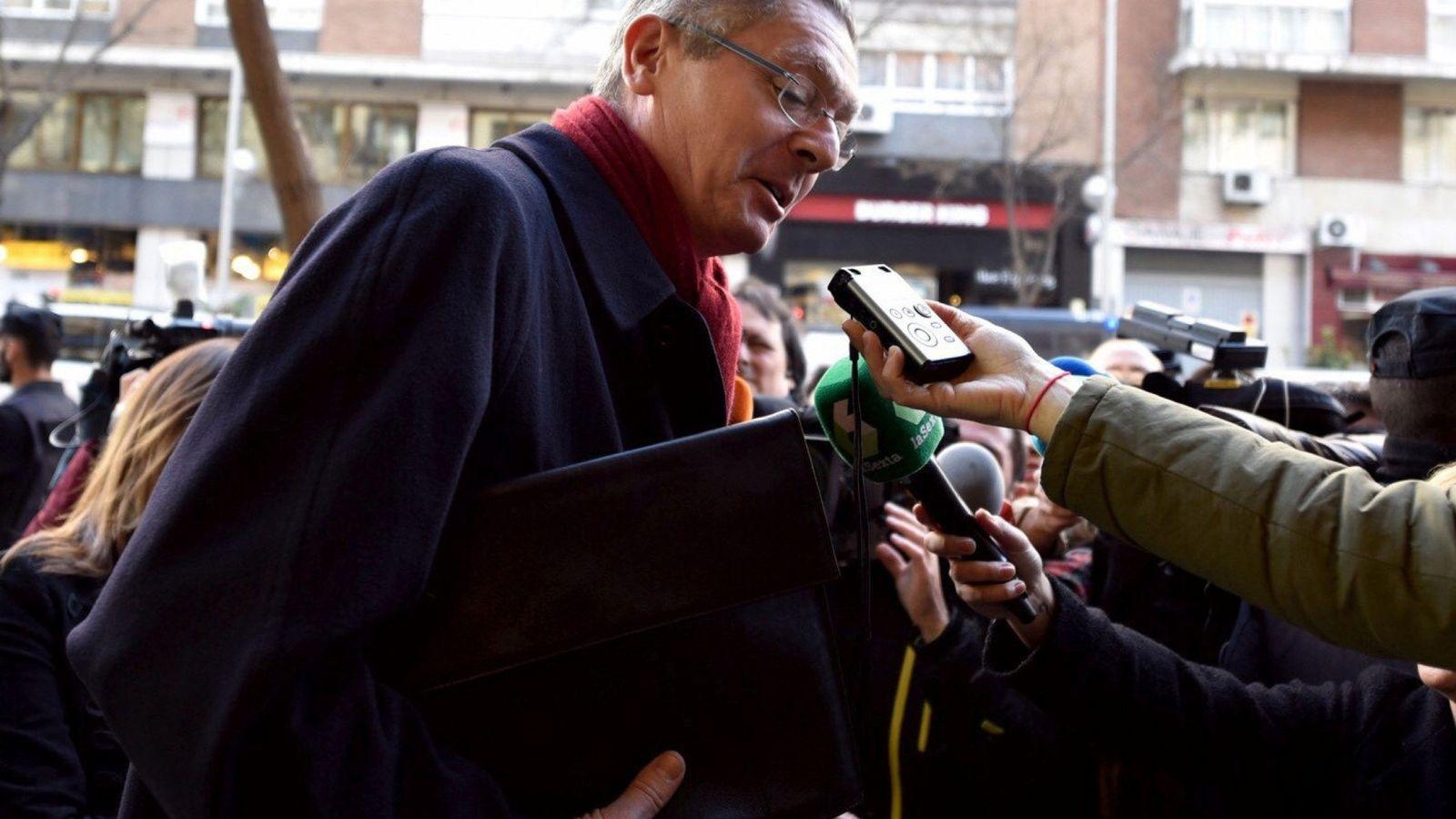 Foto: El exministro de Justicia Alberto Ruiz Gallardón atiende a los medios a su llegada a un acto organizado por la Fundación FAES. (EFE)
