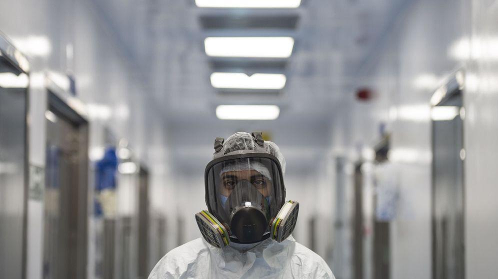 Foto: Un hombre con máscara protectora. (EFE)