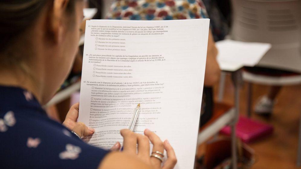 Foto: Una estudiante para unas oposiciones. (D. B.)