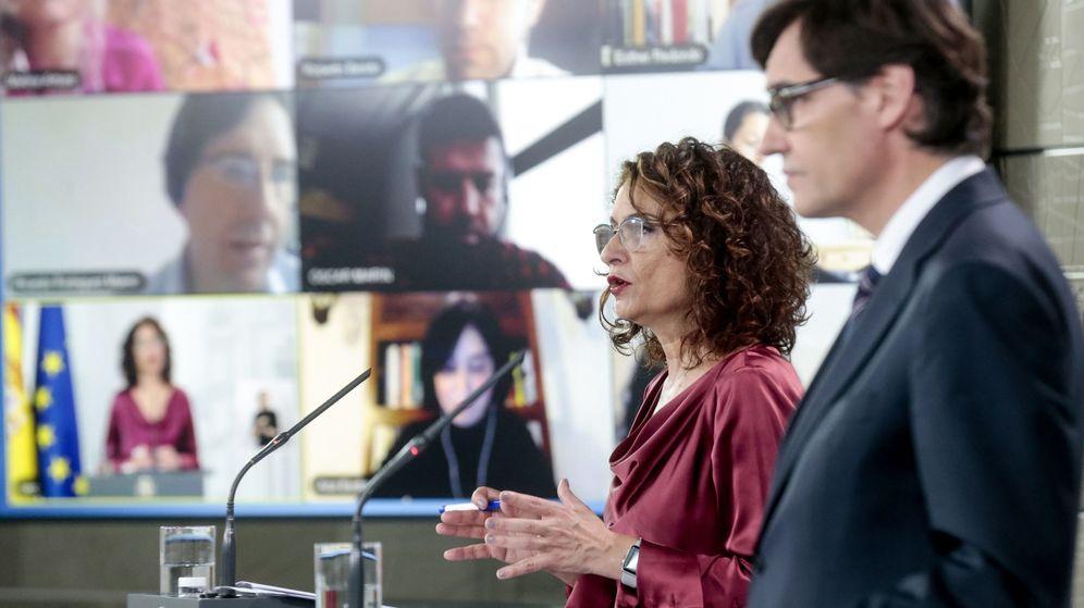 Foto: La ministra portavoz del Gobierno, María Jesús Montero, y el ministro de Sanidad, Salvador Illa, durante una rueda de prensa. (EFE)