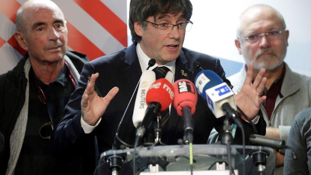 Foto: Carles Puigdemont y miembros del Consell per la Republica Catalana en una rueda de prensa en Bélgica. (Reuters)