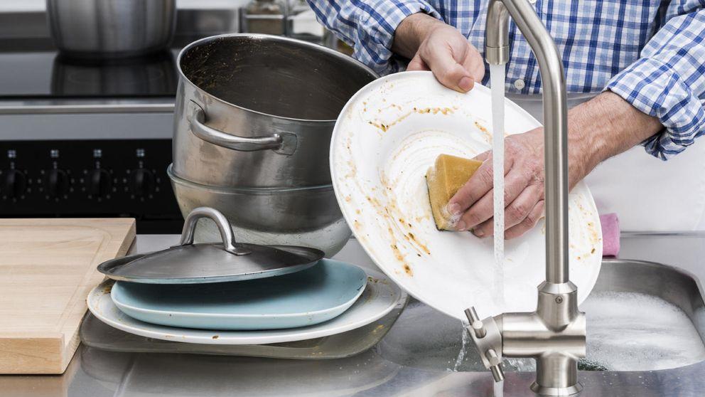 Lo haces fatal: aprende cómo fregar mejor (y más rápido) los platos