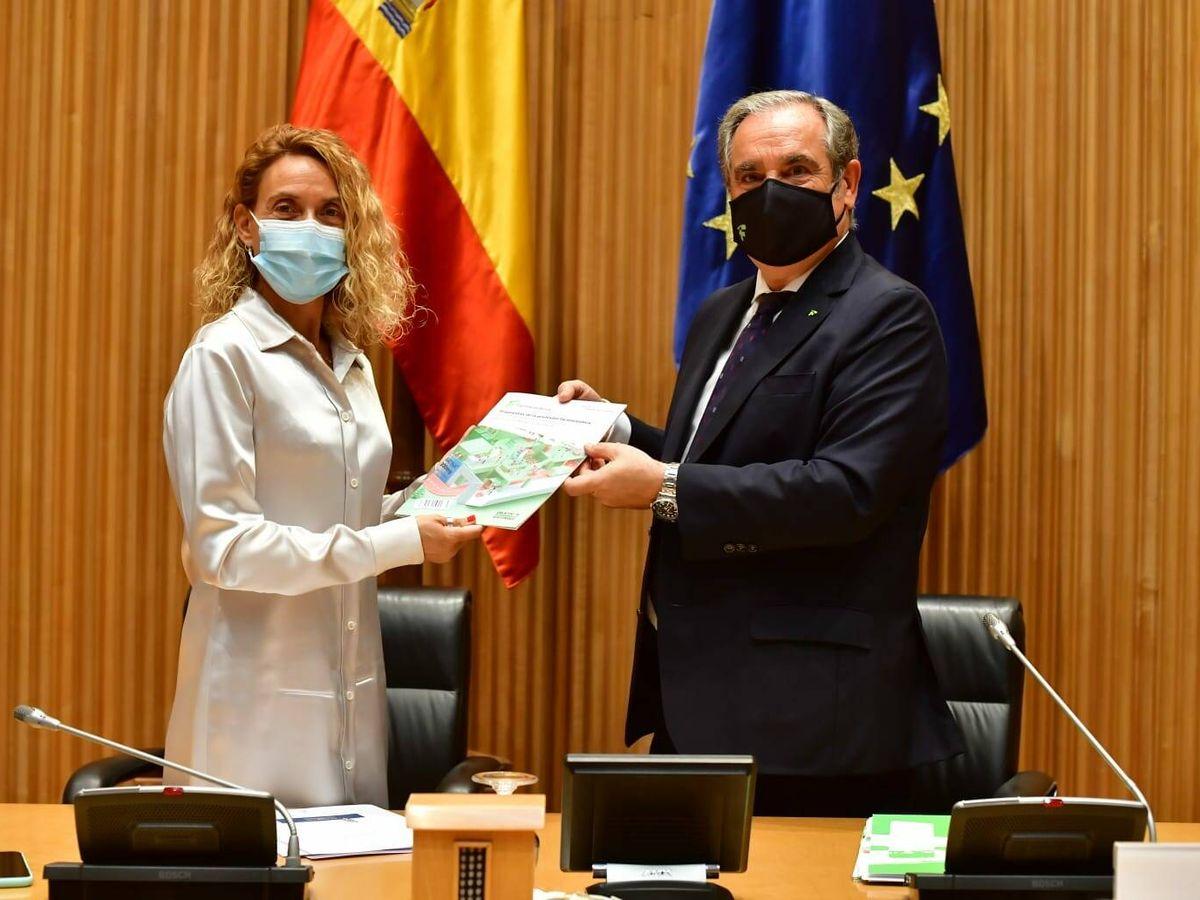 Foto: Jesús Aguilar entrega a la presidenta del Congreso el documento con las propuestas del colectivo.