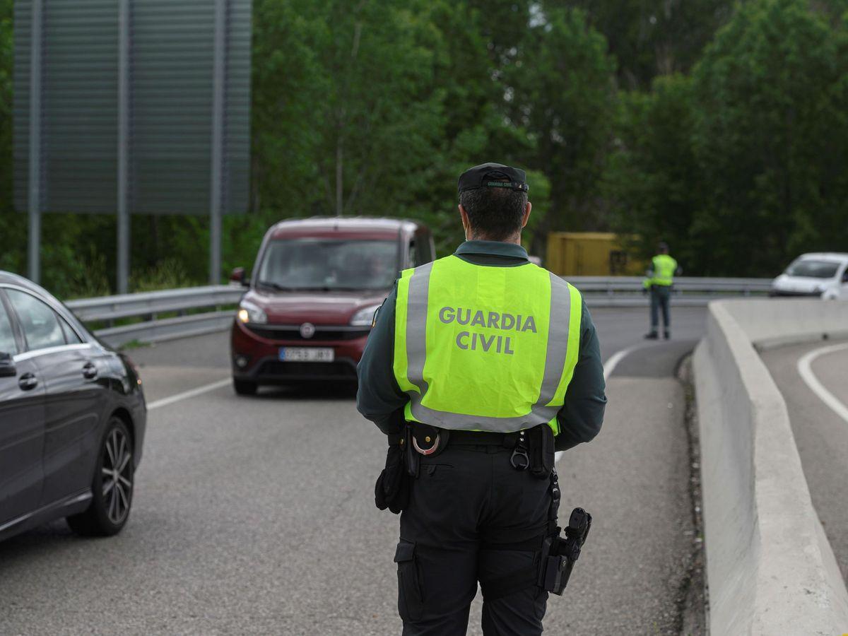 Foto: El tráfico en Madrid sube un 25% con la apertura de los pequeños comercios. (EFE)