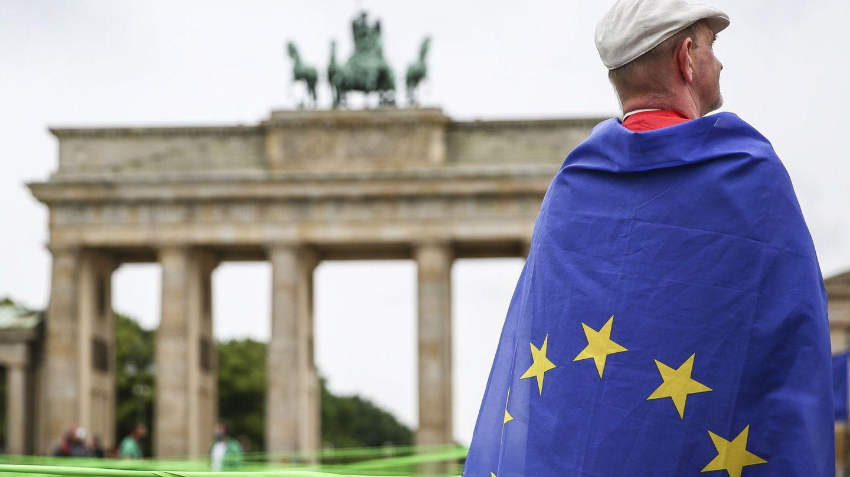 Un hombre, con la bandera de la Unión Europea, en Berlín. (EFE)