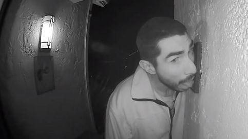 Graban a un hombre chupando durante 3 horas el portero automático de una casa