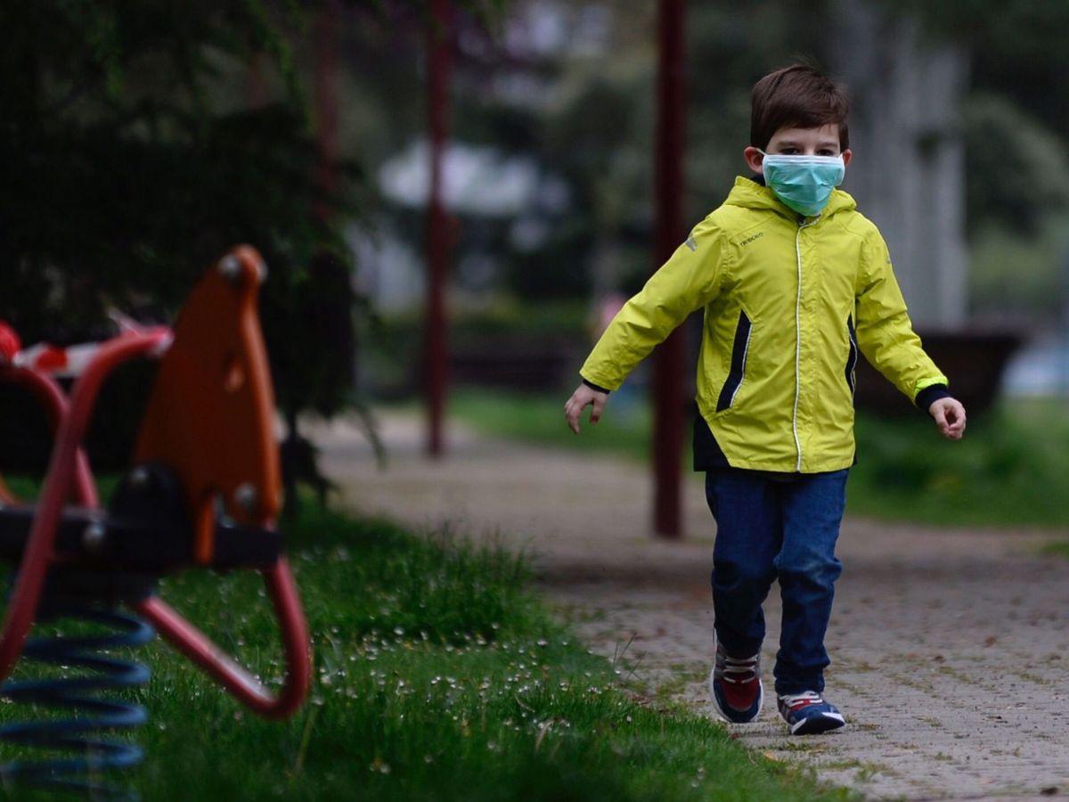Foto: Un niño protegido con mascarilla sale a pasear por Valladolid (EFE)
