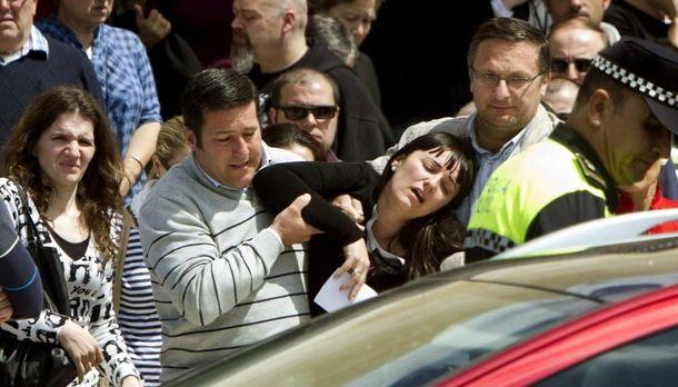 Foto: La madre de la menor cuyo cadáver fue encontrado junto al de su padre en Almonte, tras el funeral. (EFE)