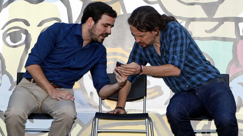 Foto: El secretario general de Podemos, Pablo Iglesias (i), y el coordinador federal de Izquierda Unida, Alberto Garzón (d), durante un mitin electoral. (EFE)