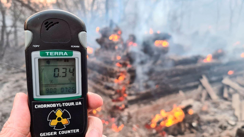 Un contador mide el nivel de radiación alrededor de la planta de energía nuclear de Chernóbil. REUTERS