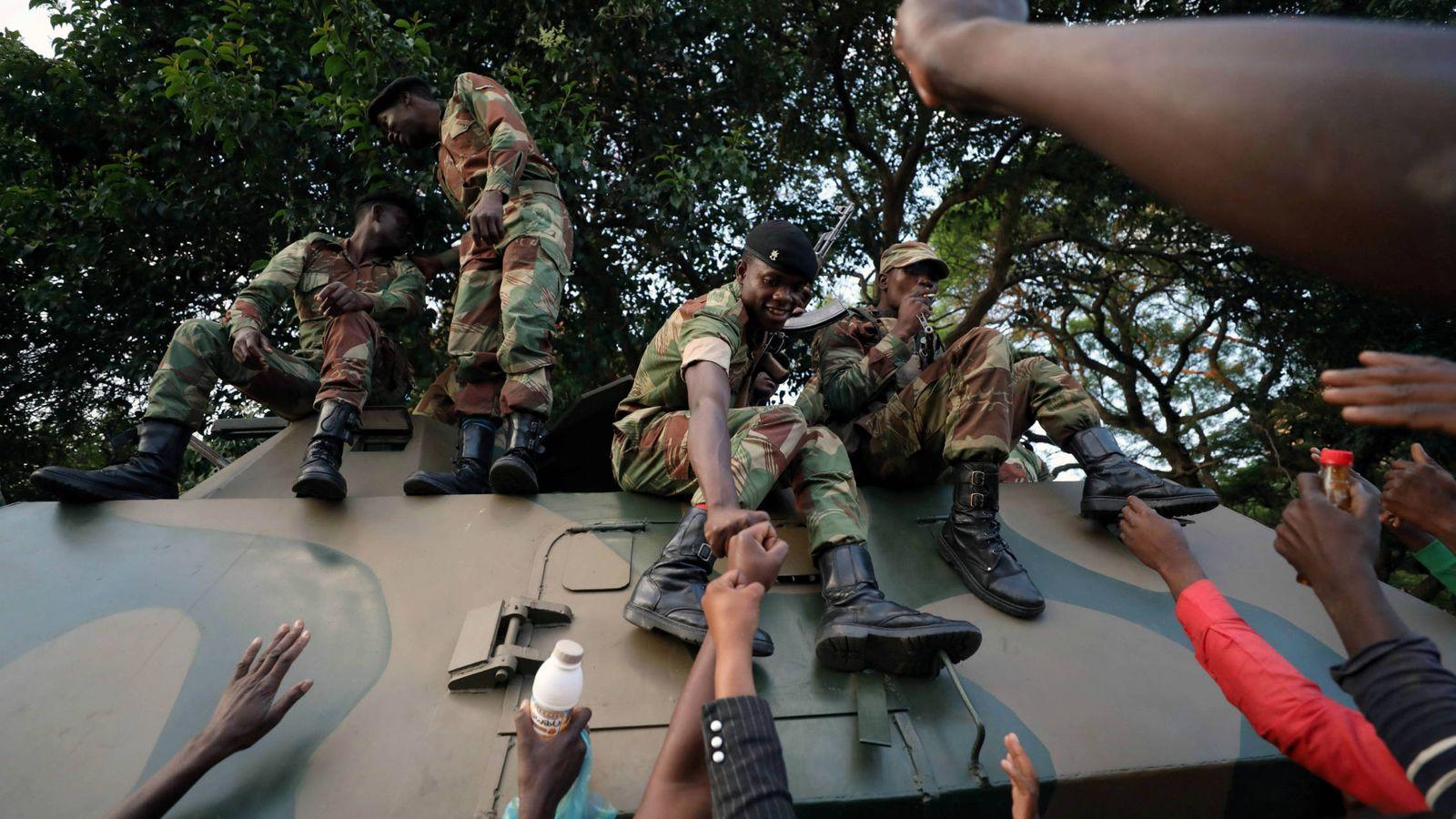 Foto: Zimbauenses celebran con soldados la caída de Mugabe, en la capital, Harare, el 21 de noviembre de 2017. (Reuters)
