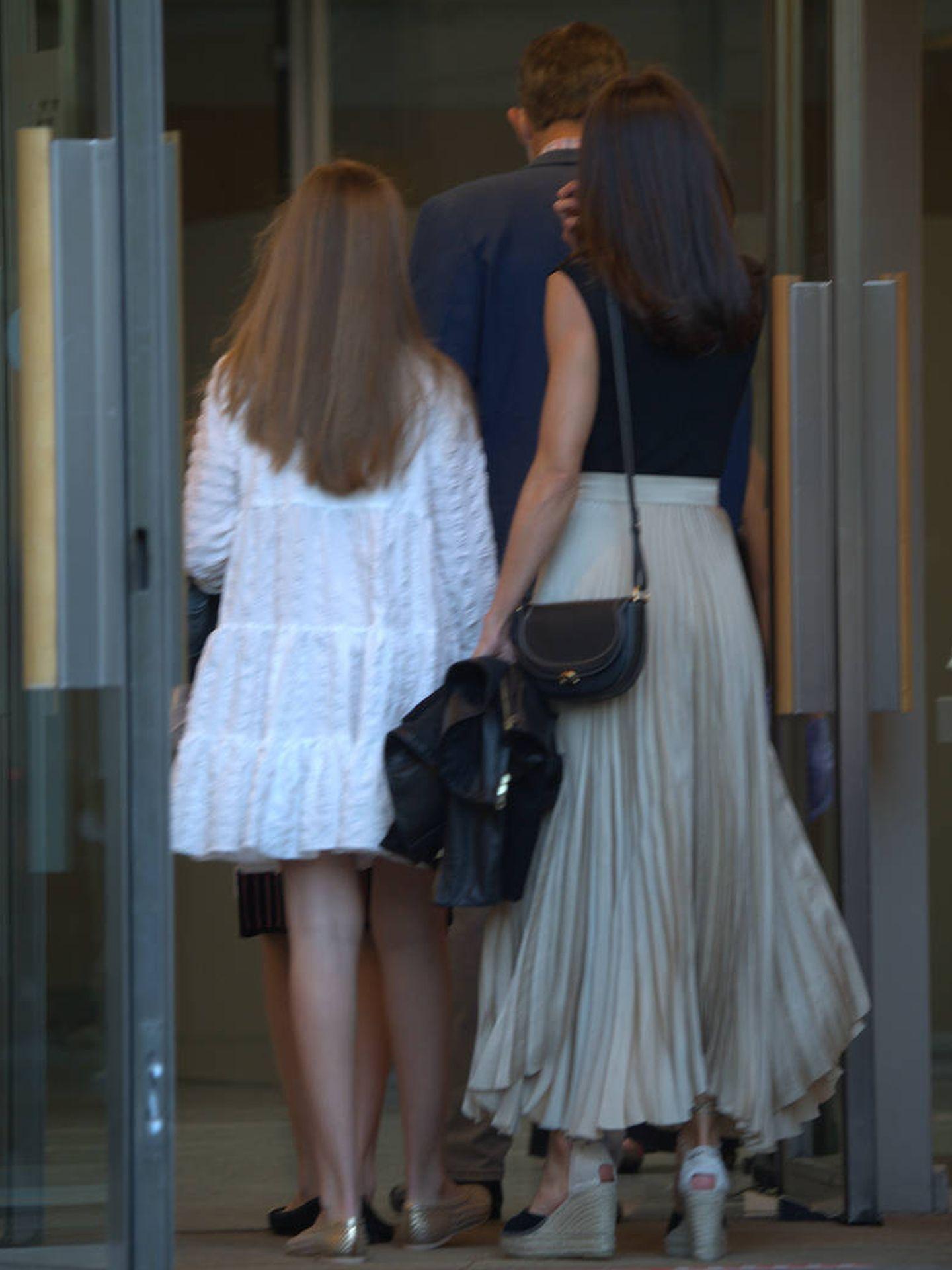 La familia real, entrando a los Teatros del Canal en Madrid. (Limited Pictures)