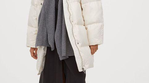 La media naranja del abrigo blanco de H&M es un pantalón marrón de Stradivarius
