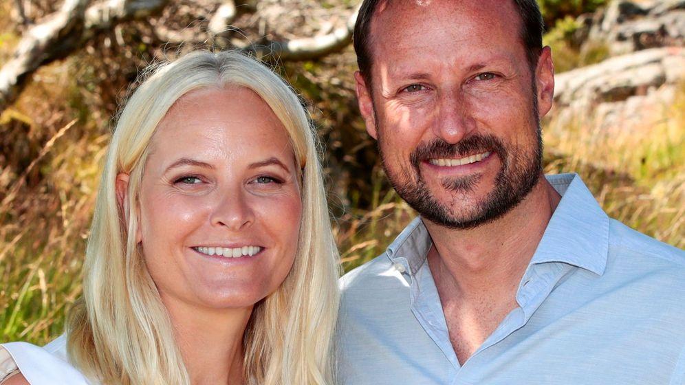 Foto: Mette-Marit, con su marido, Haakon, este verano. (EFE)