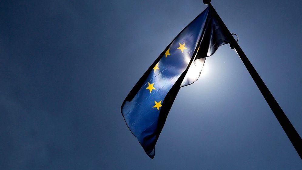 Foto: La bandera de la Unión Europea frente a la sede de la Comisión Europea. (Reuters)