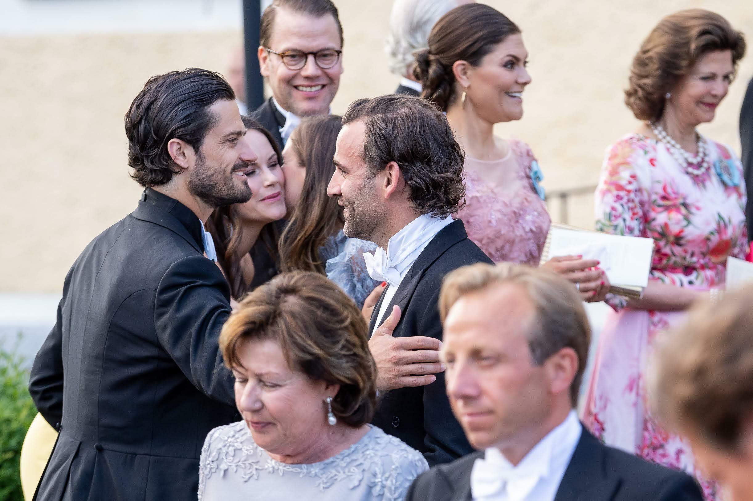Carlos Felipe y Sofía saludando a Jonas y su mujer. (Dana Press)