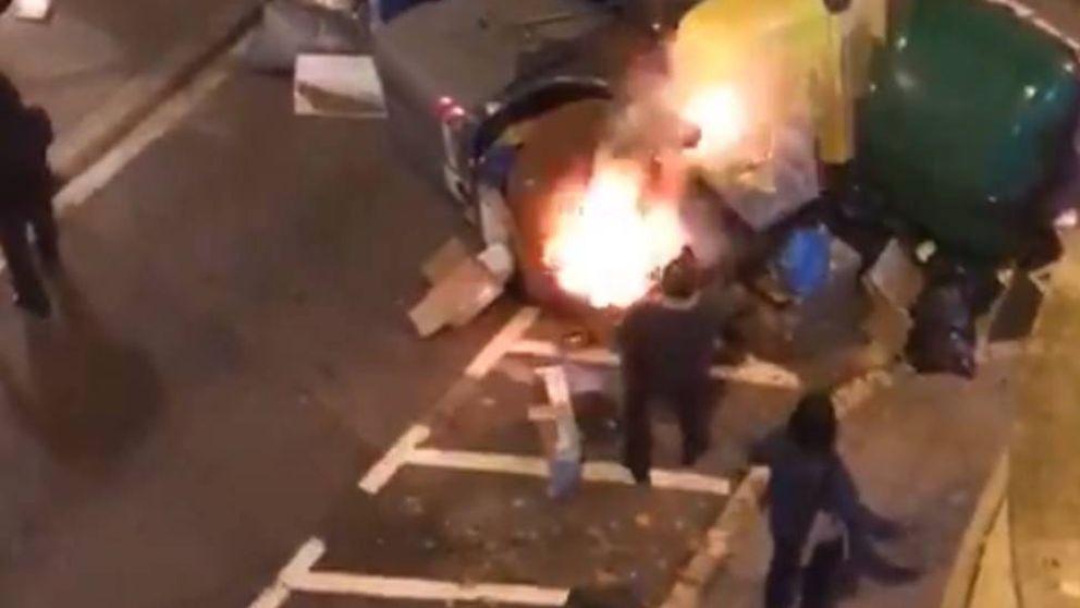 Los manifestantes agreden a un hombre que apagaba un fuego durante las protestas