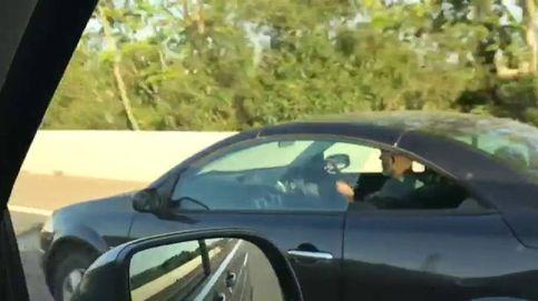 Graban a un conductor tocando la guitarra al volante en Mallorca