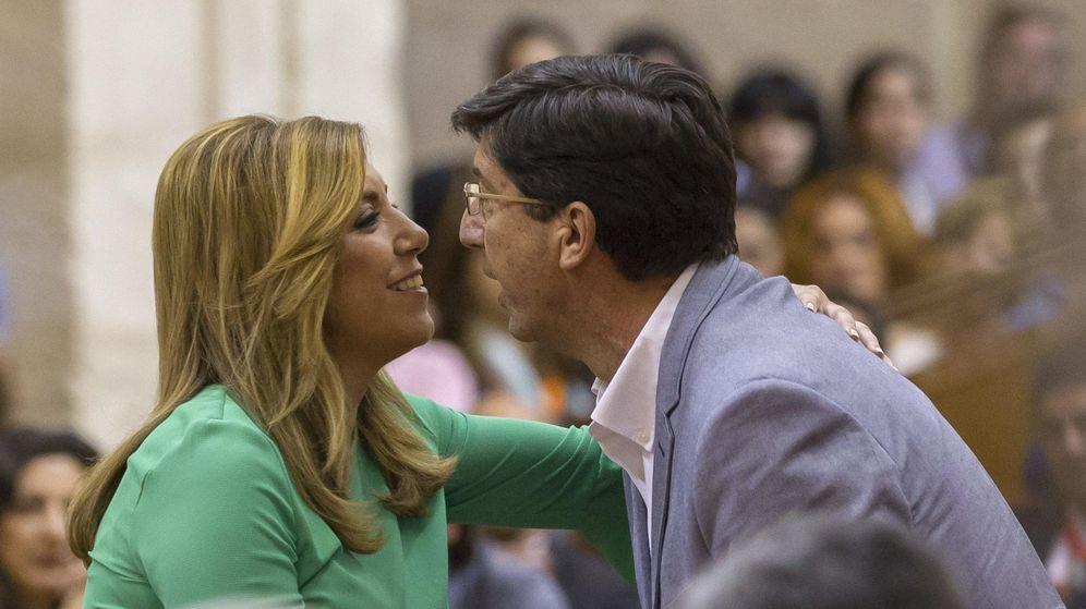 Foto: La presidenta de la Junta de Andalucía, Susana Díaz, recibe la felicitación de Juan Marín (d), de Ciudadanos. (EFE)