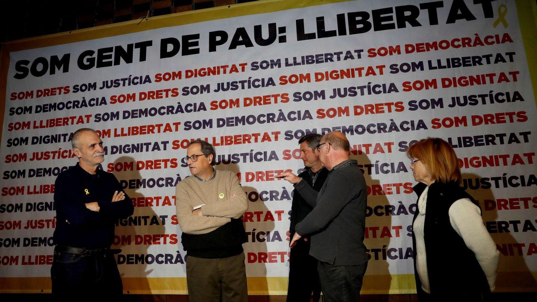 Torra junto al resto de activistas que mantienen la huelga de hambre en solidaridad. (EFE)