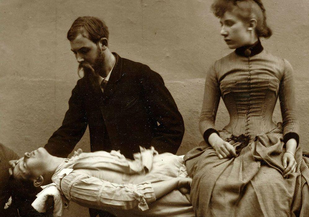 Foto: Porvocar una catalepsia hipnótica a un sujeto, colocarlo entre dos sillas y subirse sobre él. Un clásico de los hipnotizadores de escenarios.