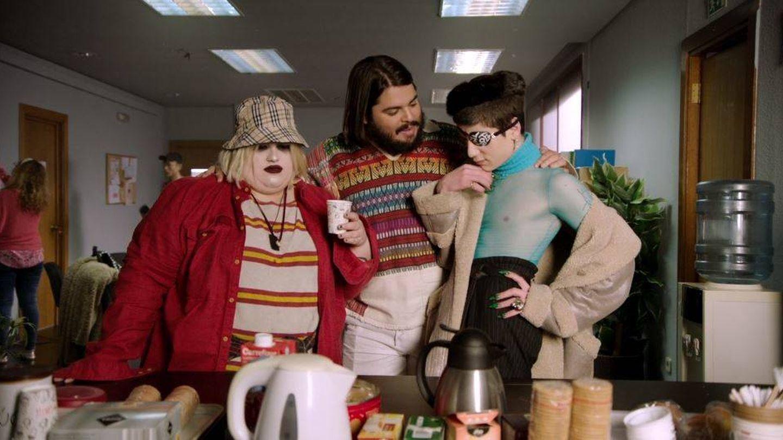 Esty y Milo junto a Brays Efe, que da vida a Paquita Salas en la serie de Los Javis.