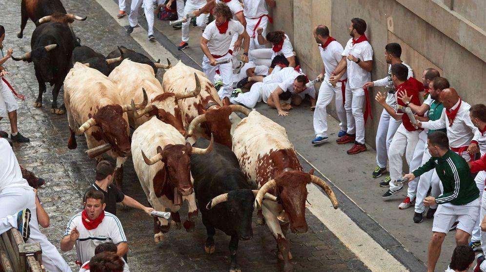 Foto: os toros de la ganadería madrileña de Victoriano del Río Cortés a su paso por la Cuesta de Santo Domingo. (EFE)