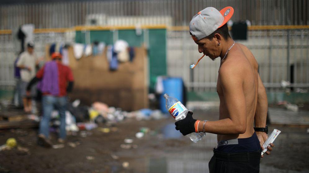 Foto: Un inmigrante de la caravana de centroamericanos se lava los dientes en un refugio temporal en Tijuana, el 28 de noviembre de 2018. (Reuters)