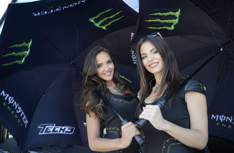 Foto: Dos azafatas con el paraguas habitual de las carreras de motociclismo (José Bretón/Cordon Press).