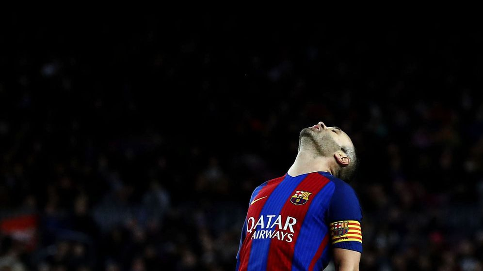 Foto: Iniesta, capitán del FC Barcelona, en un partido en el Camp Nou. (EFE)