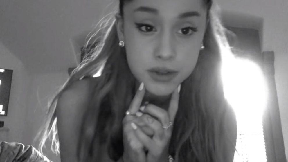 Ariana Grande pide perdón por chupar donuts en una tienda