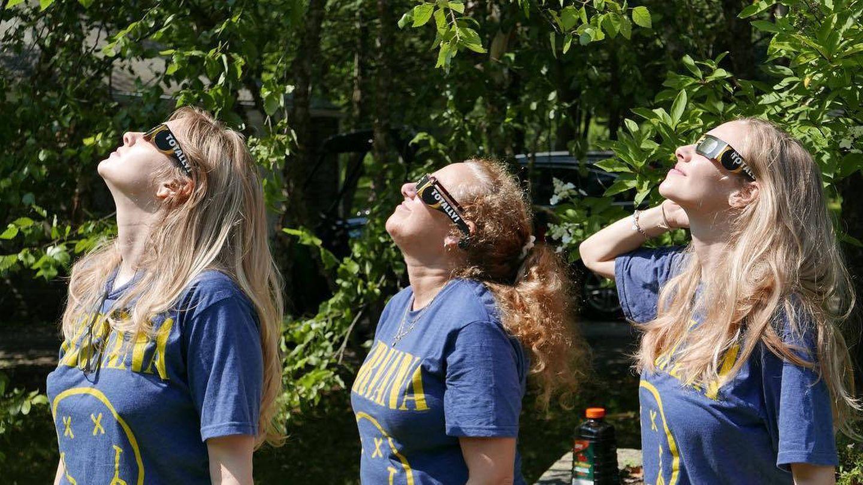 Amanda Seyfried disfruta con sus amigas de un baño de bosque.