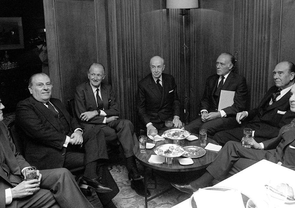 Foto: Fotografía de archivo de 1983 de Emilio Botín padre (3d) en una de las comidas de los presidentes de los siete grandes bancos.