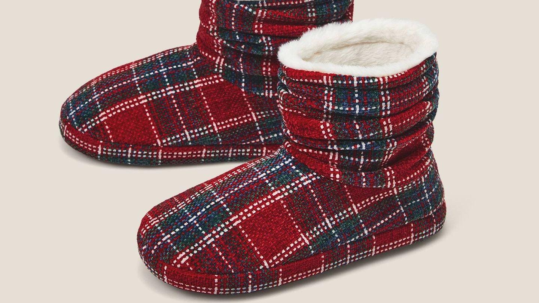 Zapatillas para andar por casa de Oysho. (Cortesía)