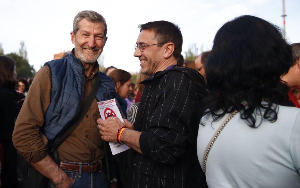 Foto: Julio Rodríguez, ex jefe del Estado Mayor de la Defensa, con Juan Carlos Monedero, en el concierto de Vallecas. (Efe/Javier Lizón)