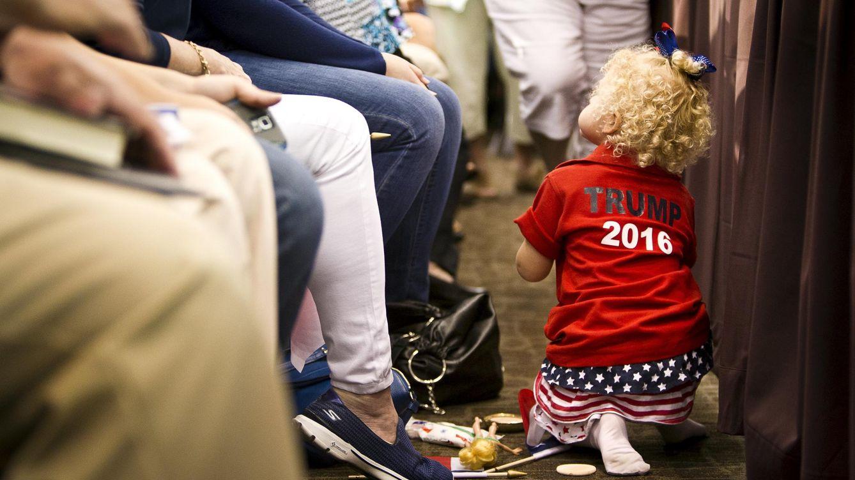 Foto: Una joven seguidora de Trump antes de que comience un mitin del magnate en Dubuque, Iowa, el 25 de agosto de 2015 (Reuters).