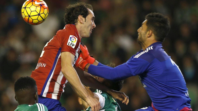 Foto: Godín se había convertido en un 'falso delantero' en el balón parado (EFE).