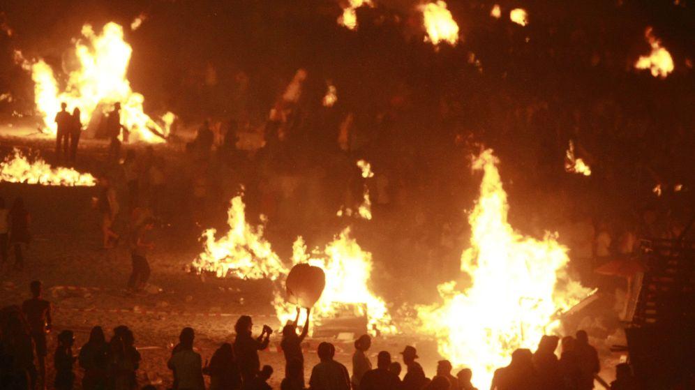 Foto: Celebración de las hogueras de San Juan en A Coruña en 2017 | EFE