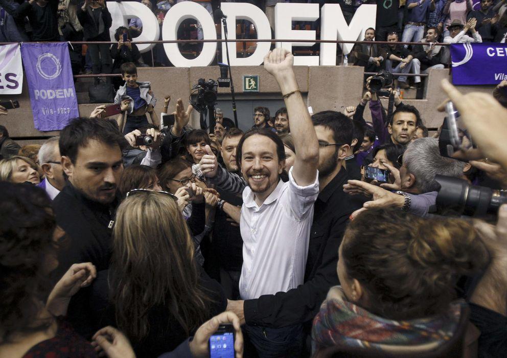 Foto: El secretario general de Podemos, Pablo Iglesias y Gema Ubasart,iz, saludan a sus simpatizantes en un mitin (Efe)