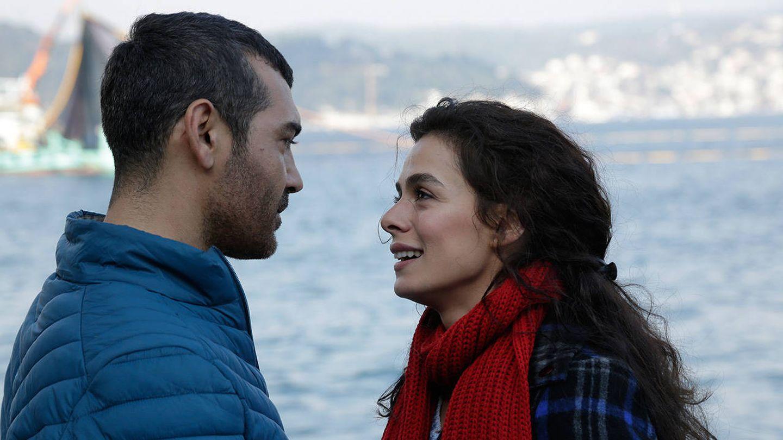 Bahar, con su marido Sarp, en 'Mujer'. (Fox)