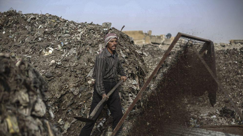 Foto: Un trabajador filtra los materiales plásticos de las montañas de basura de un vertedero en Douma, Siria. (EFE)