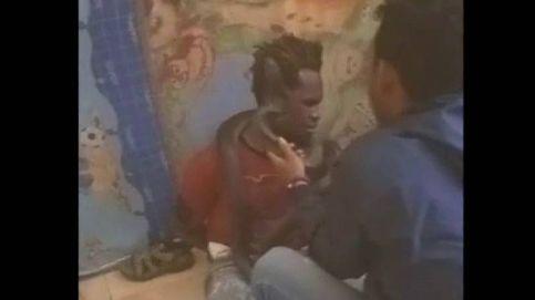 El interrogatorio a un hombre con una serpiente en Indonesia