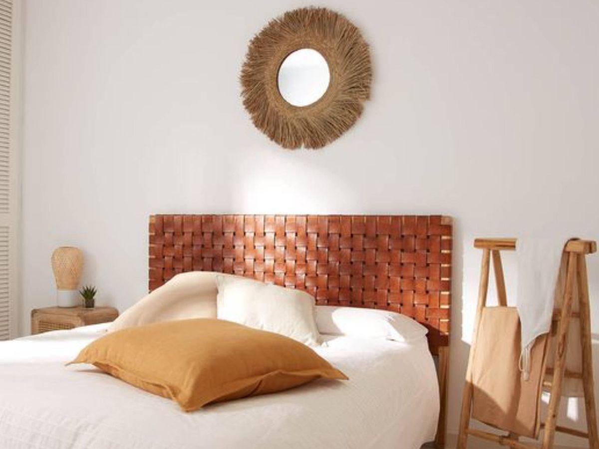 Foto: Apuesta por los espejos redondos de fibras naturales como este de Kave Home. (Cortesía)