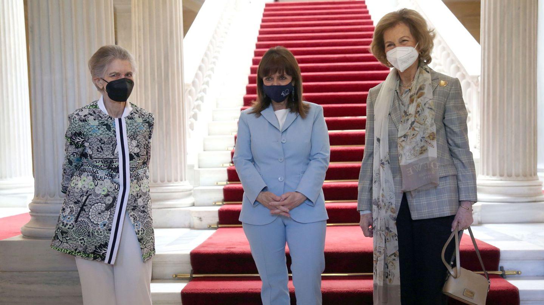 La reina Sofía, junto a su hermana Irene y la presidenta griega, Katerina Sakellaropoulou, en el Palacio Presidencial de Atenas. (EFE)