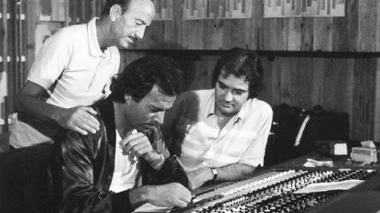 El doctor Iglesias Puga, haciéndoles una visita en el estudio de grabación. (Cortesía).
