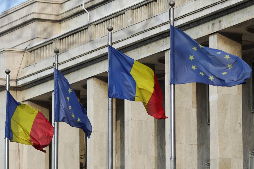 Foto: Banderas rumanas y de la UE frente a la sede del Gobierno rumano en Bucarest, el 2 de enero de 2019. (Reuters)