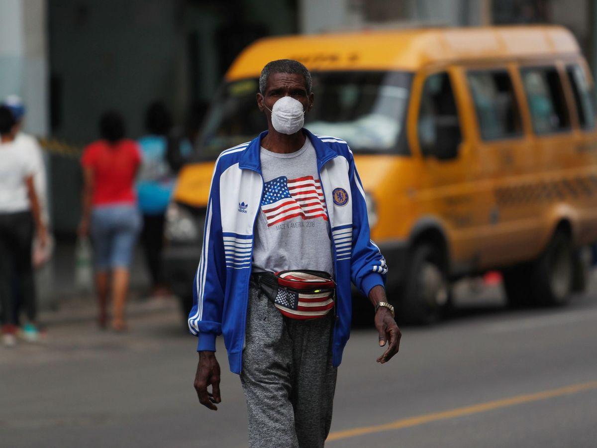 Foto: Un hombre camina por La Habana con atuendos con la bandera de EEUU. (EFE)