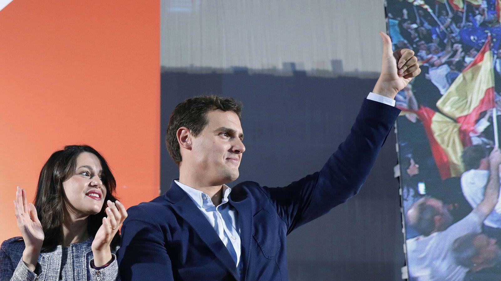 Foto: El presidente de Ciudadanos Albert Rivera, acompañado por la líder de Ciudadanos en Cataluña Inés Arrimadas, durante el acto en L´Hospitalet de Llobregat. (EFE)